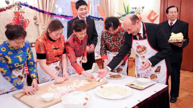 Imagini inedite cu Traian Basescu: intr-un sort de bucatarie, alaturi de cativa cetateni chinezi