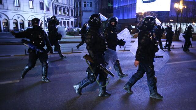 Perchezitii la protestul din Bucuresti: droguri, cutite, bastoane, pietre si un PISTOL. 113 retinuti - Imaginea 4