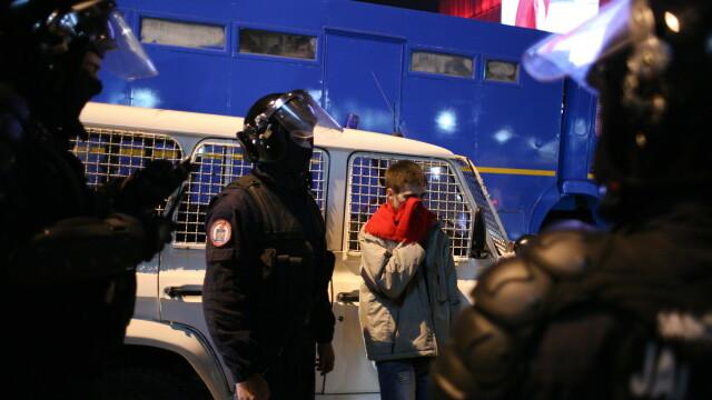 Perchezitii la protestul din Bucuresti: droguri, cutite, bastoane, pietre si un PISTOL. 113 retinuti - Imaginea 1