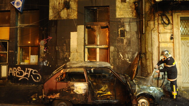 Perchezitii la protestul din Bucuresti: droguri, cutite, bastoane, pietre si un PISTOL. 113 retinuti - Imaginea 2
