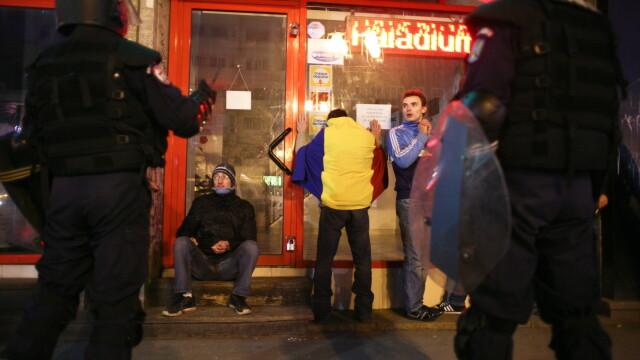 Perchezitii la protestul din Bucuresti: droguri, cutite, bastoane, pietre si un PISTOL. 113 retinuti - Imaginea 3