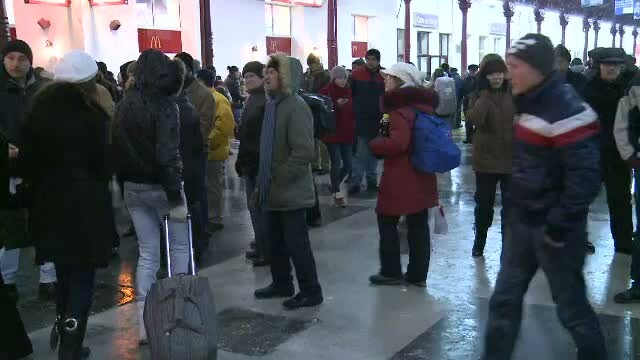 60 de curse CFR anulate din cauza zapezii.Traficul aerian pe aeroportul Otopeni se desfasoara normal