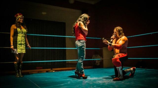 O romanca a fost ceruta de sotie intr-un ring de wrestling, imediat dupa finalul meciului - Imaginea 1