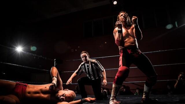 O romanca a fost ceruta de sotie intr-un ring de wrestling, imediat dupa finalul meciului - Imaginea 2