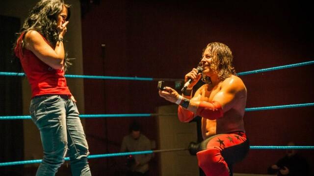 O romanca a fost ceruta de sotie intr-un ring de wrestling, imediat dupa finalul meciului - Imaginea 3