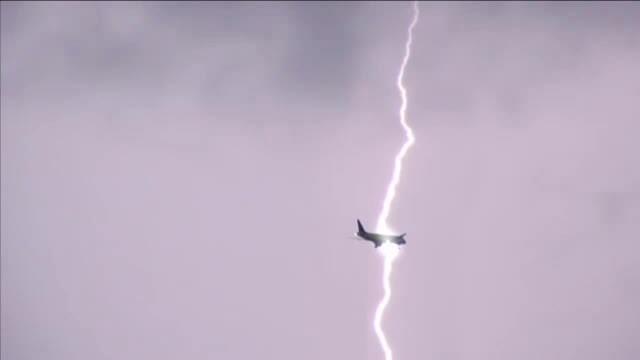 Dan Diaconescu era in avionul Tarom lovit de fulger inainte de aterizarea pe aeroportul din Istanbul
