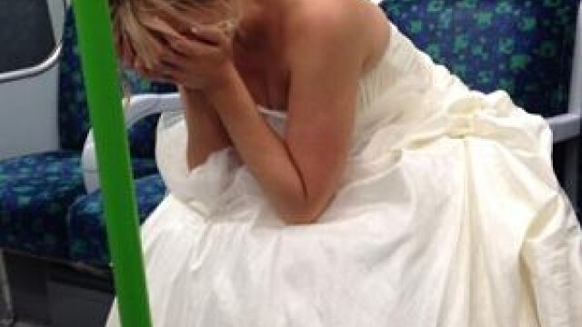 O mireasa singura si trista, in metrou. Poza care a pus pe jar internetul: \