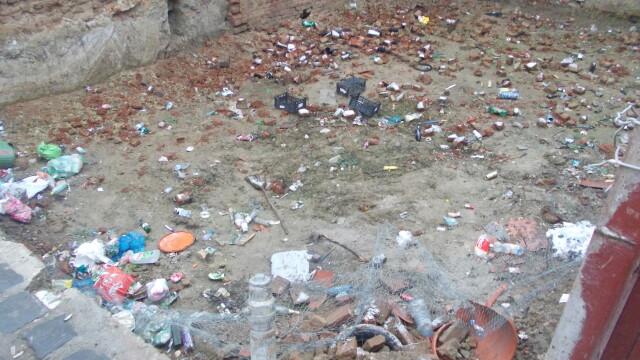 Groapa de gunoi, in locul unei locuinte prabusite in urma cu un an, in cartierul Fabric. FOTO - Imaginea 1