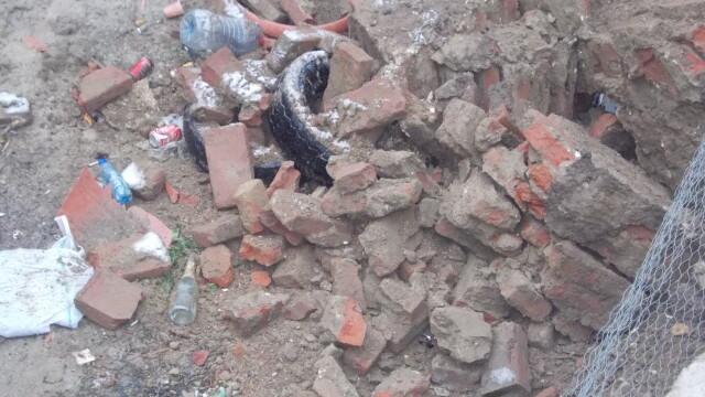 Groapa de gunoi, in locul unei locuinte prabusite in urma cu un an, in cartierul Fabric. FOTO - Imaginea 3