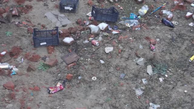 Groapa de gunoi, in locul unei locuinte prabusite in urma cu un an, in cartierul Fabric. FOTO - Imaginea 4