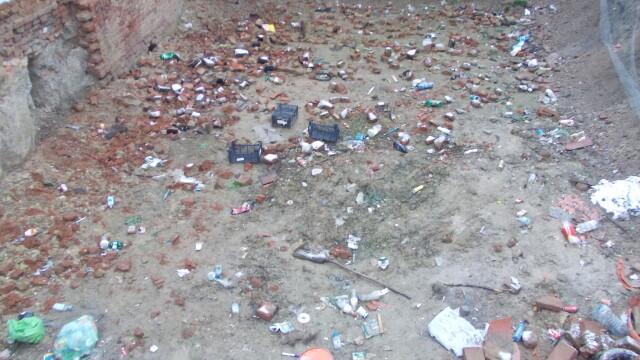Groapa de gunoi, in locul unei locuinte prabusite in urma cu un an, in cartierul Fabric. FOTO - Imaginea 5