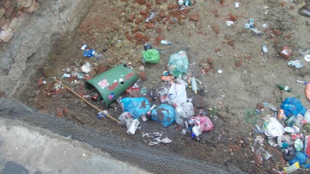 Groapa de gunoi, in locul unei locuinte prabusite in urma cu un an, in cartierul Fabric. FOTO - Imaginea 6