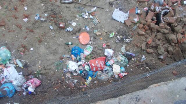 Groapa de gunoi, in locul unei locuinte prabusite in urma cu un an, in cartierul Fabric. FOTO - Imaginea 7