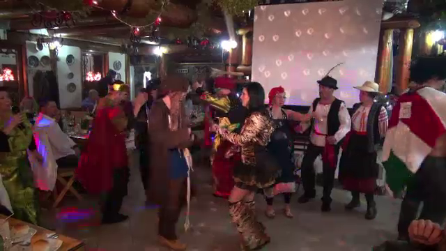 Petrecerile au continuat la munte. Carnavaluri organizate in cabane, in prima seara din an