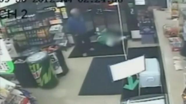 Au continuat sa intre in magazin, desi in usa era un tanar impuscat. Familia victimei este revoltata