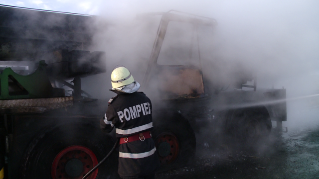VIDEO! Macara cuprinsa de flacari pe autostrada Timisoara-Lugoj. Cum a reactionat soferul acesteia - Imaginea 2