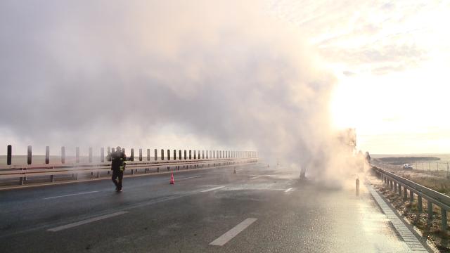 VIDEO! Macara cuprinsa de flacari pe autostrada Timisoara-Lugoj. Cum a reactionat soferul acesteia - Imaginea 4