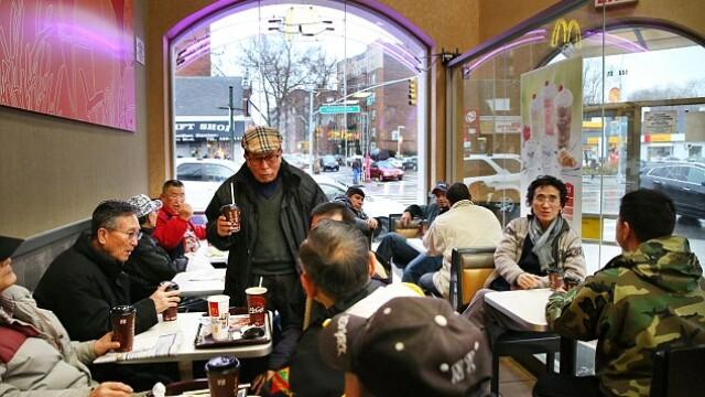 Pensionarii din New York, in conflict cu McDonald\'s. Cum reusesc batranii sa alunge clientii care doresc sa ia masa acolo