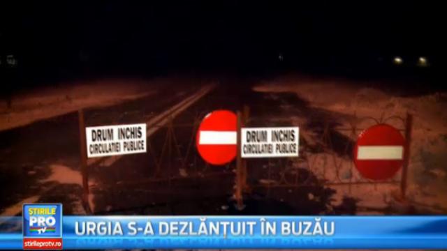Imagini din Buzau, epicentrul CODULUI ROSU. Utilajele IGSU, neputincioase. Zeci de persoane au petrecut noaptea in masini - Imaginea 2