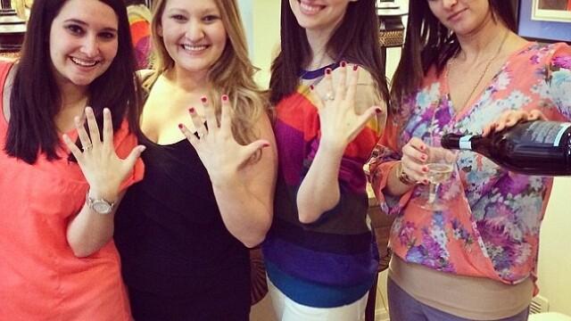 Ce face o tanara atunci cand cele trei surori mai mici se logodesc? Explicatia din spatele fotografiei amuzante