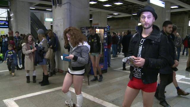 Tinerii din Bucuresti s-au plimbat in lenjerie intima la metrou. Cum au reactionat calatorii mai in varsta