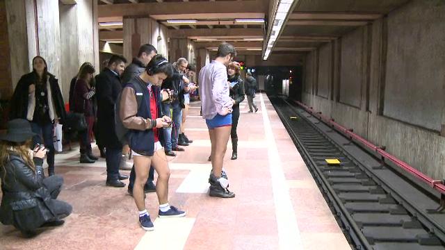 Tinerii din Bucuresti s-au plimbat in lenjerie intima la metrou. Cum au reactionat calatorii mai in varsta - Imaginea 3