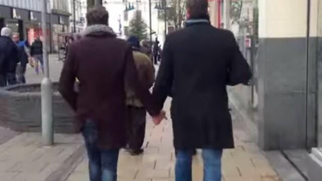 Experiment social pe strazile din Marea Britanie. Reactia publicului cand doi barbati se plimba tinandu-se de mana