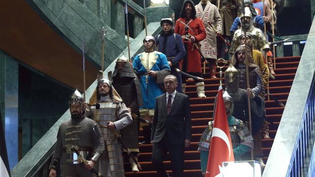 Aceste fotografii nu sunt trucate si nici dintr-un serial turcesc. De ce a aparut presedintele Turciei inconjurat de ieniceri - Imaginea 1
