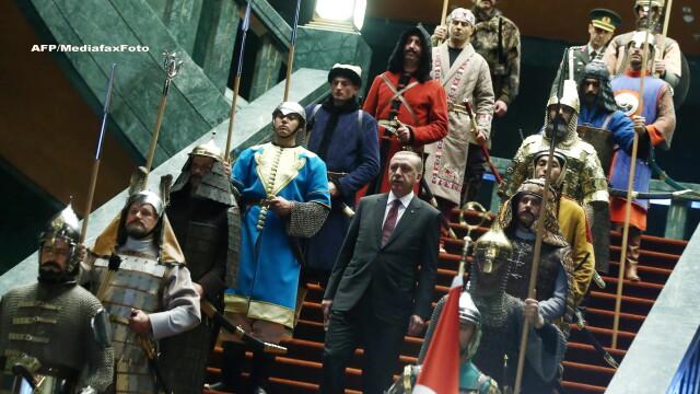 Aceste fotografii nu sunt trucate si nici dintr-un serial turcesc. De ce a aparut presedintele Turciei inconjurat de ieniceri - Imaginea 2
