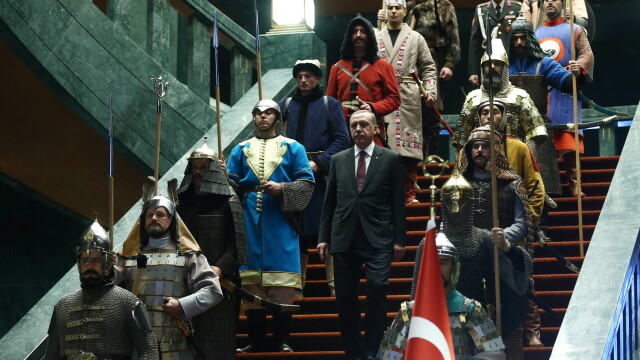 Aceste fotografii nu sunt trucate si nici dintr-un serial turcesc. De ce a aparut presedintele Turciei inconjurat de ieniceri - Imaginea 5