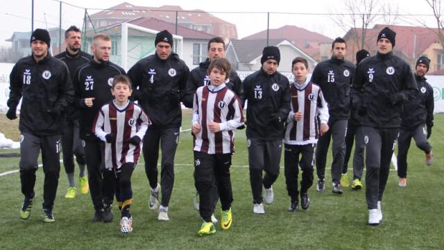 Terapie prin fotbal. Copiii militarilor decedati in accidentului aviatic de la Sibiu au schimbat pase cu vedetele de la