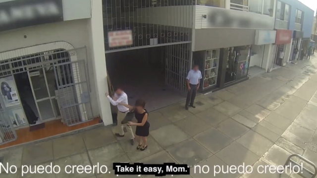 Ce se intampla cand un barbat incearca sa abordeze o femeie pe strada, dar isi da seama prea tarziu ca e chiar mama lui-VIDEO