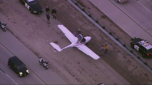 Un avion de mici dimensiuni a aterizat pe o autostrada din California. Soferii, nevoiti sa schimbe brusc benzile