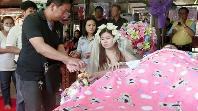 Ceremonie macabra in Thailanda. O tanara s-a maritat cu iubitul mort, in ziua inmormantarii acestuia. VIDEO