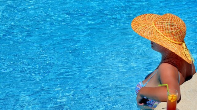 Fata la piscina