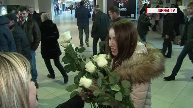 Si-a asteptat fosta iubita pe aeroport si a cerut-o in casatorie. Dezamagirea traita de un moldovean cand a vazut reactia ei