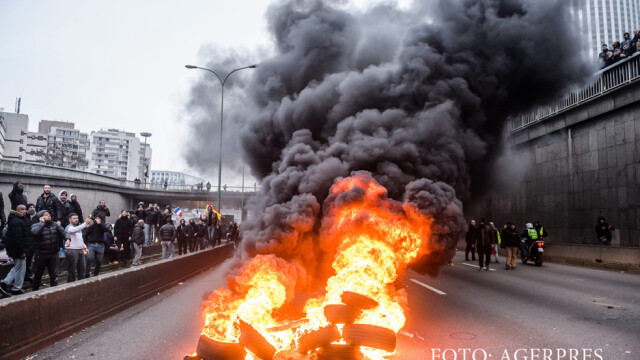 Protest violent al taximetristilor parizieni impotriva concurentei