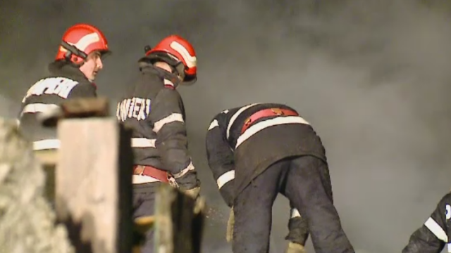 Incendiu devastator in Bucuresti. O mama si sapte copii au ramas fara locuinta, dupa ce a fost distrusa de flacari
