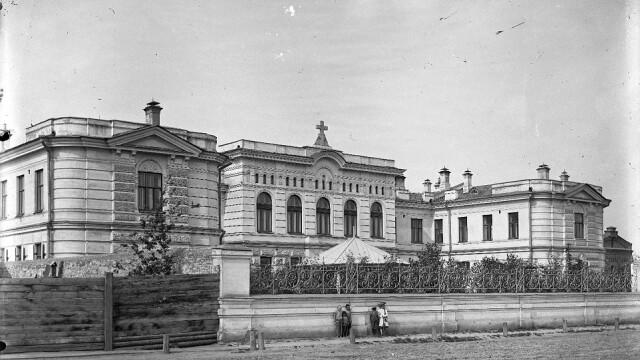 Fotografiile de la un muzeu din Rusia ii pun in dificultate pe specialisti. Cine este fetita care apare in toate imaginile