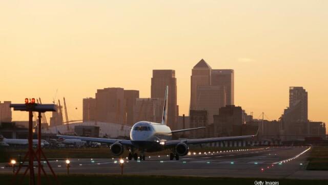 Un avion British Airways a facut cale intoarsa dupa ce pasagerii au simtit un miros puternic: \
