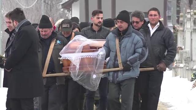 Femeia din Targu Mures impuscata mortal de fostul iubit a fost inmormantata. Copilul lor de 2 ani va fi crescut de bunici