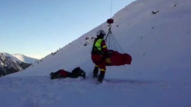 Două persoane, rănite în urma unei avalanşe în Munţii Făgăraş