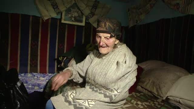 Bătrână din Iaşi, torturată de 2 tineri care voiau să-i fure banii din casă