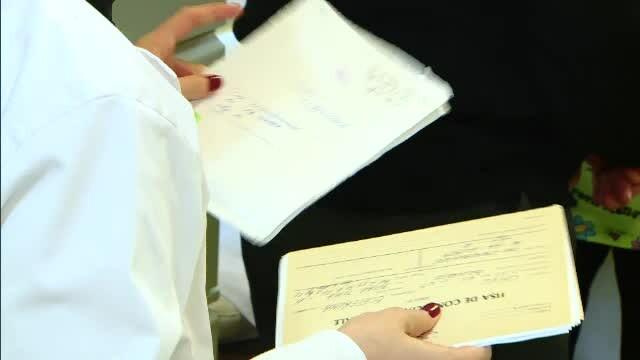 medic de familie cu acte in mana
