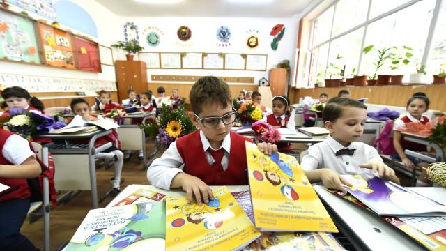 Mai multi copii din clasa 1C a Scolii Gimnaziale 'Aurel Vlaicu' din Fetesti, judetul Ialomita