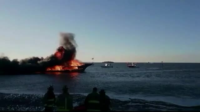 Un vapor cu zeci de oameni la bord a luat foc în largul Floridei