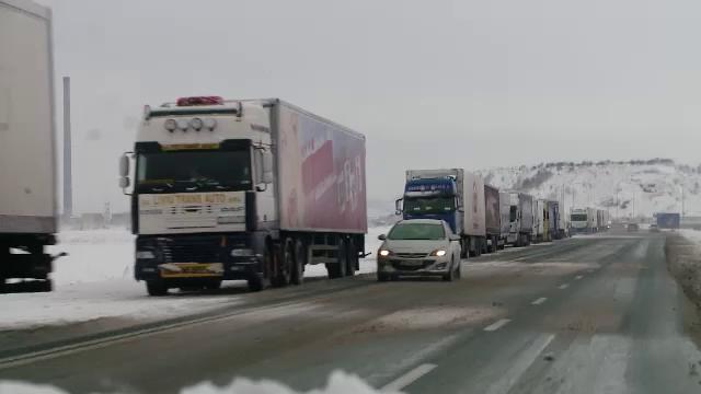 Aglomerație la Vama Nădlac II. Șoferii de TIR așteaptă chiar și trei ore să iasă din țară