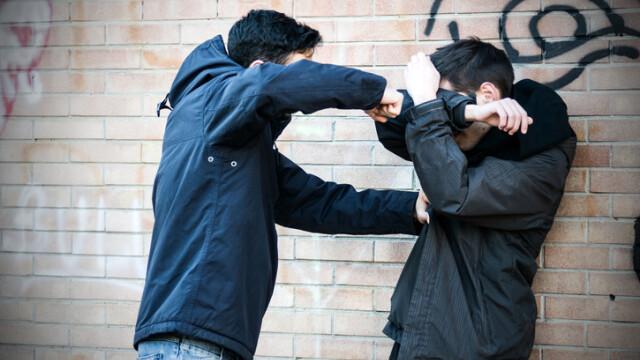 Un sucevean și-a lăsat prietenul fără suflare, după ce a îndraznit s-o sărute pe fata pe care o plăcea