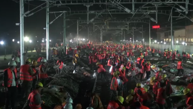 Cale ferată din China, construită în totalitate în doar 9 ore. 1.500 de muncitori au fost pe șantier