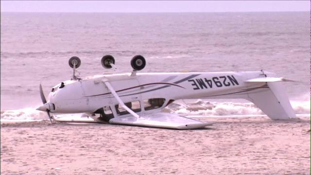 Un avion de mici dimensiuni s-a răsturnat după aterizare, pe o plajă din SUA